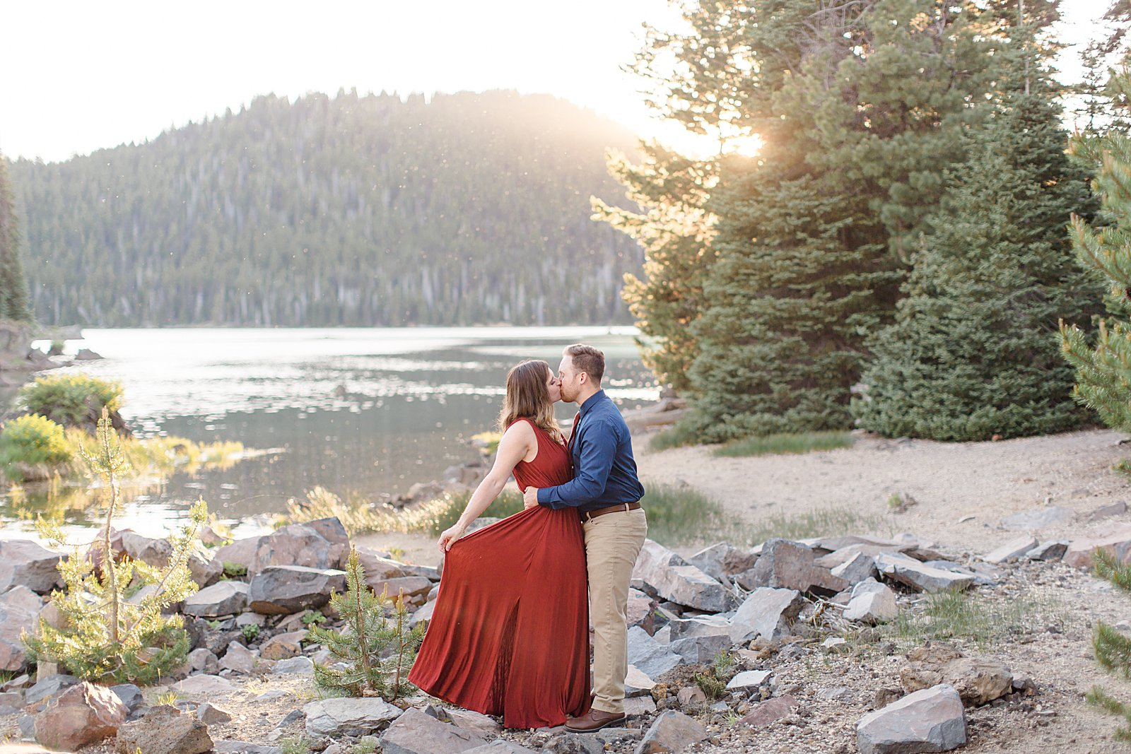 Bend Engagement Session || Bend, Oregon Photographer || Lake Engagement Photo || Couple Kissing by Lake