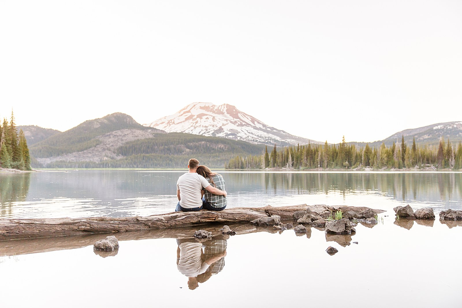 Bend Engagement Session || Bend, Oregon Photographer || Lake Engagement Photos